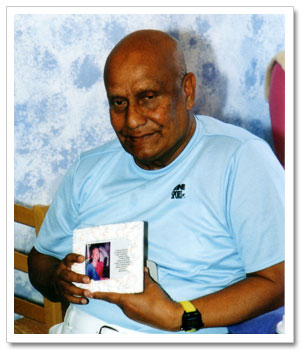 Sri Chinmoy holds a photo of Subarata
